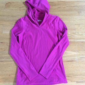 Women wrk out cold gear pullover
